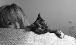 Muriel Bernard, artiste peintre, graveur et son chat Gribouille